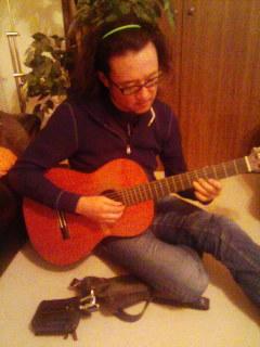 ギターも弾くぞ