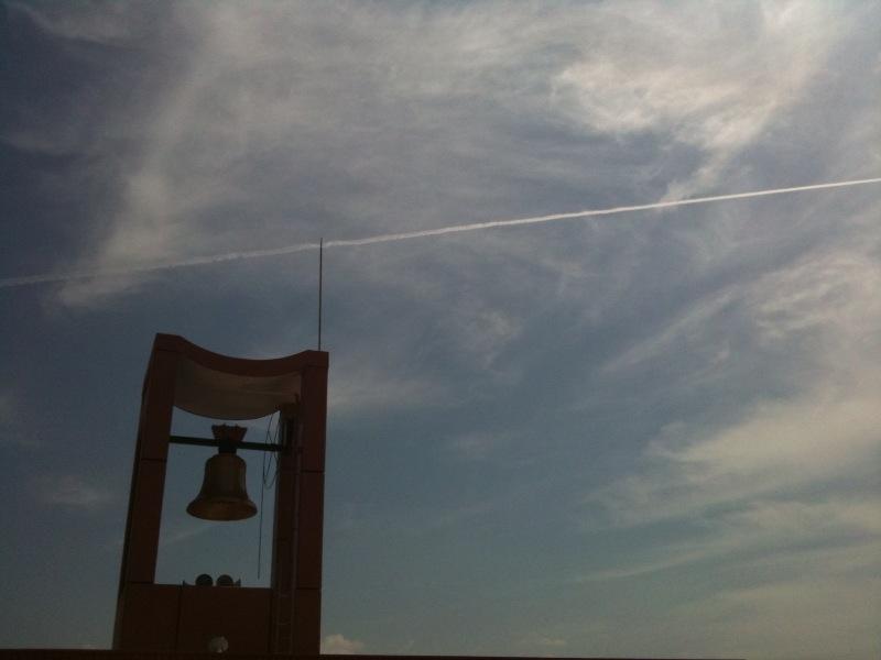 出来立て飛行機雲